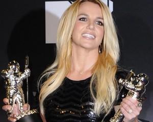 A VERDADE: Porque MTV voltou com vanguarda  AWARD de MICHAEL JACKSON Mj-britney-2011